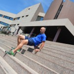 Javier Salas en las escaleras