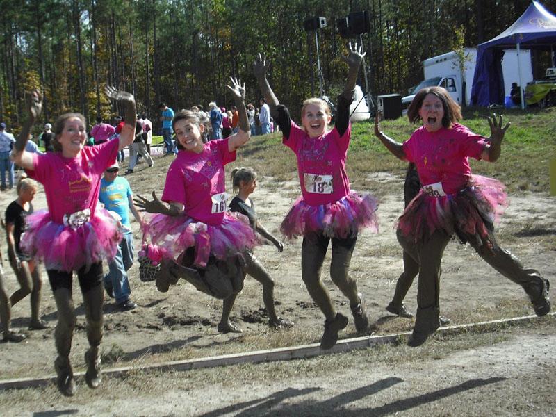 Corredoras disfrazadas en una mud run