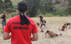 Voluntario en una Spartan race