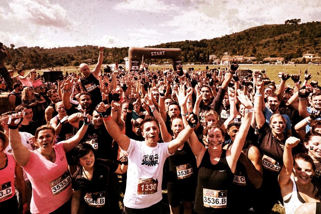 Participantes en una carrera de obstáculos mud day