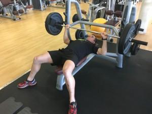 Jorge Rey entrenando fuerza máxima en press de banca.