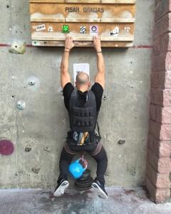 Javier Salas entrenando fuerza máxima de dedos.
