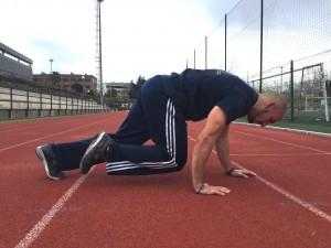Javier Salas haciendo ejercicios de bear crawl