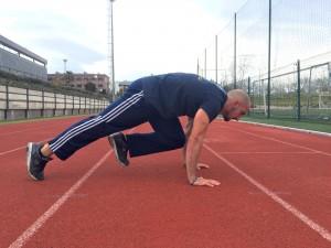Javier Salas haciendo ejercicios de mountain climbers