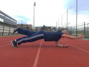 Javier Salas haciendo ejercicios de planchas