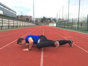 Jorge Rey haciendo ejercicios de flexiones