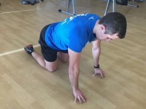 Jorge Rey Mota enseñando un ejercicio de agarre para carreras de obstáculos