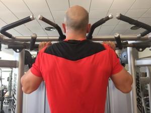 Javier Salas entrena el agarre en una barra de dominadas para rendir en carreras de obstáculos