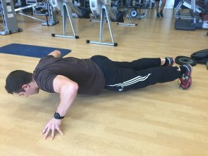 Jorge Rey realiza flexiones con los dedos para mejorar su fuerza de agarre en carreras de obstáculos