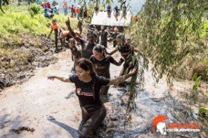Pasando un río en la carrera Desafío de Guerreros