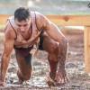 Jorge Rey supera un obstáculo de barro