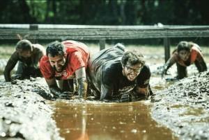 Alfonso Serna supera un obstáculo en Mud Day