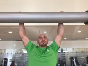 Javier Salas realiza suspensiones en barra para mejorar su agarre