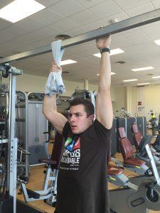 Jorge Rey mejora su fuerza de agarre con un ejercicio de suspensión para rendir en carreras de obstáculos
